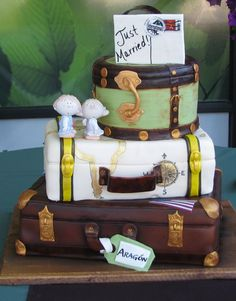 Wow what a cake - Vintage Suitcase Wedding Cake Luggage Cake, Suitcase Cake, Vintage Suitcase Wedding, Vintage Suitcases, Travel Cake, Travel Party, 18th Birthday Cake, 40 Birthday, Card Box Wedding