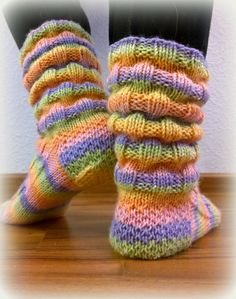 Arkimamman Arkiralli: Vaahtokarkki-kumpareet Crochet Socks, Knitting Socks, Crochet Yarn, Hand Knitting, Knitted Booties, Knitted Slippers, Wool Socks, Knitting Charts, Knitting Patterns