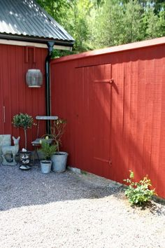 Plank runt bigård - falurött med snedställd överliggare? Fabulös inspiration: juni 2011