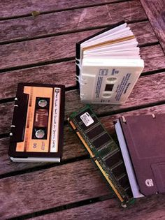 EcoNotas.com: 10 Ideas para Reciclar Cassettes, Accesorios, Muebles y Objetos Ecoresponsables Upcycled Crafts, Diy And Crafts, Paper Crafts, Cassette Tape Crafts, Ideias Diy, Diy Tassel, Book Binding, Diy Gifts, Projects To Try
