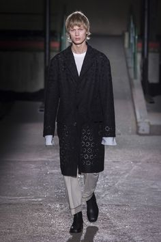 The complete Dries Van Noten Fall 2018 Menswear fashion show now on Vogue Runway.