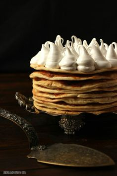 Rogel o Torta Alfajor, un clásico argentino I was introduced to this cake when I was 15 years old and a foreign exchange student to Argentina. Can't wake to make this and think of my wonderful host Mom who made this for me many times. Alfajores Recipe Argentina, Bakery Recipes, Cooking Recipes, No Bake Desserts, Dessert Recipes, Argentine Recipes, Argentina Food, My Dessert, Biscuit Cookies