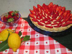 crostata con crema al limone e fragole fresche