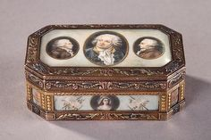 Large snuff box with angled corners in gold of varying hues. The panels of the box are ornamented with ivory plates featuring historical characters and symbols from the French Revolution. Robespierre, for example is flanked by fasces and the Declaration of the Rights of Man and Citizen, the adoption of which in 1789 he played a role. Danton, on the cover, is surrounded by two historical figures. These portraits are protected by plates of beveled crystal. The body of the box features…
