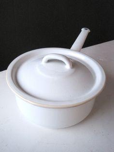 FINN – IB Larsen Ubrukt Hvit Emalje kasserole med lokk Cool Stuff