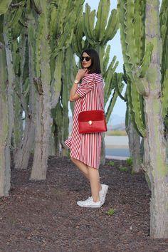 Vestido de rayas rojas oversize & Converse