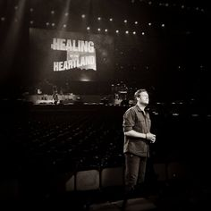 Blake Shelton's Healing in the Heartland: Relief Benefit Concert tonight at 8 PM CT on NBC Best Country Singers, Country Artists, Country Boys, Country Music, Nashville News, All About Music, Miranda Lambert, Blake Shelton, Cool Countries