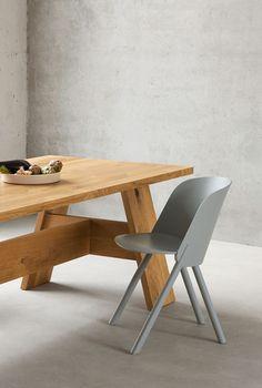 e15 bringt Bank, Tisch und Hocker aus Nussbaum oder Eiche entworfen von Großmeister David Chipperfield in Serie heraus.