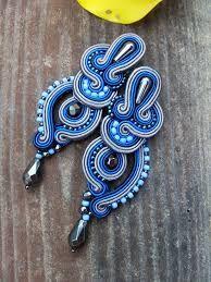 Znalezione obrazy dla zapytania kolczyki sutasz Jewelry Design Earrings, Bead Jewellery, Jewelery, Soutache Tutorial, Soutache Necklace, Passementerie, Polymer Clay Charms, Blue Earrings, Bead Art