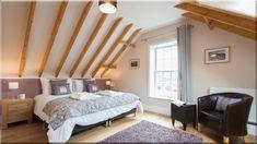 tetőtéri lakások, hálószobák - Luxuslakások, házak 6 Natural Wood Furniture, Villa, Cottage, Luxury, Bed, Anglesey, Home Decor, Homes, Holiday