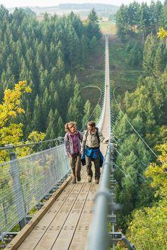 Wandern mit Nervenkitzel verspricht die bundesweit einzigartige Hochseilbrücke Geierlay in der Ferienregion Kastellaun.