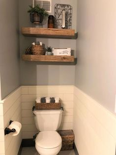 #WhiteBathroomDecor Ideas Baños, Decor Ideas, Decorating Ideas, Floating Shelves Bathroom, Bathroom Storage, Bathroom Organization, Relaxing Bathroom, Wall Storage, Bathroom Cabinets