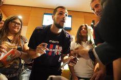Bagno di folla per Mattia Destro che nel tardo pomeriggio ha fatto visita al Temporary Store di Galleria Cavour.