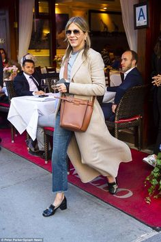 Jennifer Aniston wraps up in beige coat and jeans can find Jeans and more on our website.Jennifer Aniston wraps up in beige coat and jeans Outfit Loafers, How To Wear Loafers, Loafers For Women Outfit, Estilo Jennifer Aniston, Jenifer Aniston, Star Fashion, Look Fashion, Winter Fashion, Womens Fashion