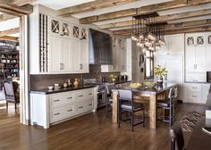 cabana-de-madera-cocina-blanca-listones-lago-tahoe