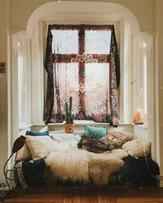 Hippie home decor - home design inspiration My Living Room, Living Spaces, Couch Magazin, Hippie Room Decor, Bohemian Decor, Deco Table, Home And Deco, New Room, House Rooms