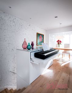 Great idea for keyboard that isn't used all of the time - kid's room under the window? Landing at top of the stairs? Piano Table, Piano Desk, Stairs In Living Room, New Living Room, Piano Room Decor, La Shed Architecture, Plywood Interior, Music Corner, Furniture Design