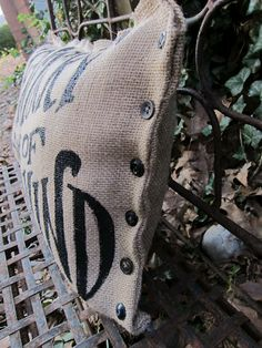 how to paint burlap & totally digging those buttons