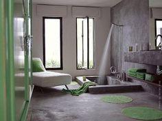 Badezimmer, hohe Fenster, Badewanne mit integrierter Dusche;  Modern Bathrooms #modern #bathroom