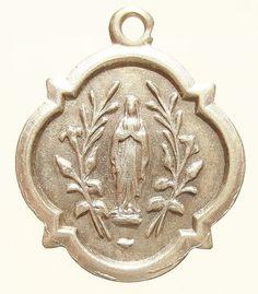 Onze lieve vrouw van Lourdes Vintage religieuze zilver op 18 sterling zilver-rolo ketting, beschikt over een sterke kreeft-klauw gesp. Op de keerzijde, gegraveerd in het Frans: Souvenir van onze lieve vrouw van Lourdes - Oosthaker (Belgische stad). Meet 0.91 hoge door 0,76 breed. ZILVER.