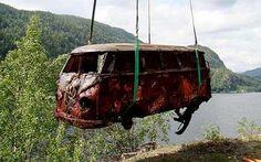 Ce VW Samba de 1957 est sorti des eaux d'un fjord Norvégien. Il y reposait depuis 35 ans. Et son tout nouveau propriétaire compte le restaurer.  Le Samba est une version très rare du fameux combi VW. Sa particularité est ses 23 fenêtres (dont 8 sur le toit.)