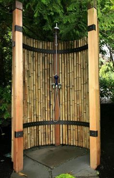 Bambos can be an awesome screen for your outdoor shower area. Bamboos are perfect material for patio decor and you can use them any where in your garden. However, this outdoor shower area is perfectly covered and adorned with these bamboos. Outdoor Baths, Outdoor Bathrooms, Bamboo Privacy Fence, Yard Privacy, Privacy Fences, Outside Showers, Outdoor Showers, Bamboo House, Bamboo Tree