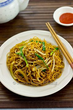 A traditional Cantonese fried noodle dish can be made within minutes. The smoky hot fried noodles coated with salty and sweet soy sauce mixed with the crunchy bean sprouts and chives were definitely worth attempting. Asian Noodle Recipes, Easy Chinese Recipes, Asian Recipes, Ethnic Recipes, Easy Recipes, Rice Recipes, Chinese Cabbage, Chinese Food, Christine's Recipe