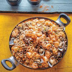 Con tu caldero imusa puedes preparar una deliciosa paella de mariscos sigue los pasos a continuación y disfruta con tus amigos de esta deliciosa receta. 1. Cocina los mariscos durante unos segundos en una taza de agua hirviendo con sal, un gajo de apio, perejil, media cebolla cabezona y una zanahoria, para hacer el caldo. Cuela y reserva el caldo. 2. Sofríe todos los mariscos, por tandas,...