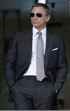 Daniel Craig rockin' that Tom Ford suit. He's a perfect James Bond. James Bond Suit, Bond Suits, James Bond Style, Sharp Dressed Man, Well Dressed Men, Gq, Esquire, Estilo James Bond, Style Dandy
