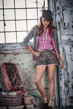 Die Krachlederne, modisch runderneuert. Aus grauem Leder, mit verspielten Details in Rosa, Pink und Grün wie der Borte am Bund, den kleinen Rüschen an den Tascheneingriffen und am Saum, den Stickereien am typischen aufknöpfbaren Hosenlatz und an den Beinseiten sowie mit der seitlichen Schnürung ebenda. #oktoberfest #wiesn #impressionen #trends #fashion #dirndl #trachten #ozapftis #münchen #theresienwiese #lederhose #krachlederne