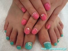一色塗りネイルにパールが可愛いハンドフットお揃いネイル  hand-foot matching nail pearl cute in one-color fill nail. Hand enamel pink, foot was one-color fill in emerald green. You can sort the Pearl at the base, I decorated with inlaid stone, studs, the shell parts.