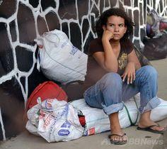 米国から強制送還され、ホンジュラス北部サンペドロスーラ(San Pedro Sula)に到着し、家族を待つ少女(2014年7月2日撮影)。(c)AFP/Orlando SIERRA ▼4Jul2014AFP|米南部で児童不法入国が急増、州知事「悲劇」を警告 http://www.afpbb.com/articles/-/3019644 #San_Pedro_Sula