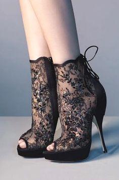 Pas tellement mon style mais admirative de la finesse des details et l'élégance de cette paire.