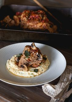 Slow-cooked pork shoulder with creamy cauliflower polenta - Trois fois par jour Slow Cooker Pork, Slow Cooker Recipes, Cooking Recipes, Slow Cooked Pork Shoulder, Confort Food, Creamy Cauliflower, Slow Food, Pork Dishes, Pork Recipes