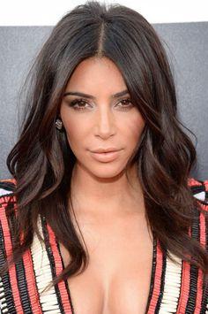 Se inspire no ritual de beleza de Kim Kardashian para criar seu make festa! Em versão mais natural, o cabelo partido ao meio com ondas suaves combinou com a maquiagem nude, bem iluminada e com blush um pouco mais marcado.