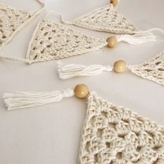 Crochet Motif Crochet Bunting - Dreamcatchers for children. They are a beautiful gift, giving comfort to little ones when having trouble with nightmares. Crochet Bunting Pattern, Crochet Garland, Crochet Decoration, Crochet Motif, Crochet Home, Love Crochet, Crochet Gifts, Crochet Yarn, Wreaths