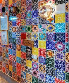 Mosaico di maioliche super colorato