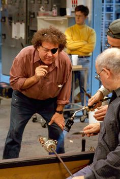 DALE CHIHULY WORKING ON A PICCOLO VENETIAN WITH LINO TAGLIAPIETRA