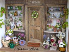 Miniatur-Puppenhaus-Box zeigt den Eintrag an den Shop in den Floristen. Große Anzahl von Zubehör laut Foto enthalten. Die Blume-Objekte innerhalb der Shop sind zeigt geklebt sind, alle Objekte vor sind der Tür frei abnehmbar. Vorne schieben, Staubschutz und die Vitrinen-Gläser sind aus Plexiglas hergestellt. Gesamtgröße: h 22,5 cm (9 Zoll), b 30cm (12 Zoll), d 13cm (5,2 Zoll).  Dieser Artikel ist nicht geeignet für Kinder unter 14 Jahren. Die Kleinteile Einatmen oder schlucken die Gefahr…