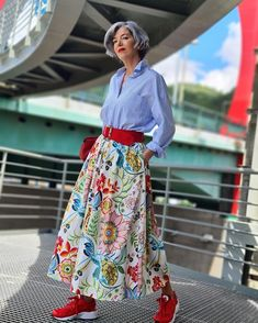 Blue shirt, floral skirt worn with belt and sneakers | Photo shared by Carmen Gimeno | For more style inspiration visit 40plusstyle.comof