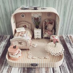 Miniature Bedroom Dollhouse ♡ ♡ By Olga Mokriskaya DIY doll house by using a shoebox - There are different methods of making doll houses using different material. The easiest is to make a DIY doll house by using shoebox. These doll house. Wine Bottle Crafts, Mason Jar Crafts, Mason Jar Diy, Miniature Rooms, Miniature Crafts, Miniature Houses, Diy Dollhouse, Dollhouse Miniatures, Muñeca Diy