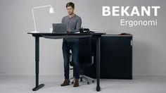 BEKANT est le nom de ce bureau qui se règle en hauteur, permettant ainsi de travailler debout. Il faut dire que le principe de bosser debout et non assis est à la mode actuellement.