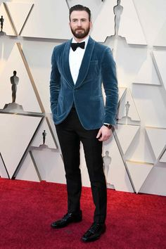The Best-Dressed Men at the 2019 Oscars Chris Evans in Salvatore Ferragamo with an IWC watch and Montblanc jewelry Jennifer Lopez, Jennifer Hudson, Irina Shayk, Gq, Salvatore Ferragamo, Velvet Dinner Jacket, Velvet Jacket Men, Blue Velvet Suit, Chris Evans Funny