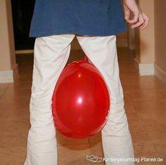 Ballon-Wettrennen: Zwei Manschaften spielen gegen einander und müssen mit einem Ballon zwischen den Beinen eine Rennstrecke überwinden. Ein tolles Geburtstagsspiel!