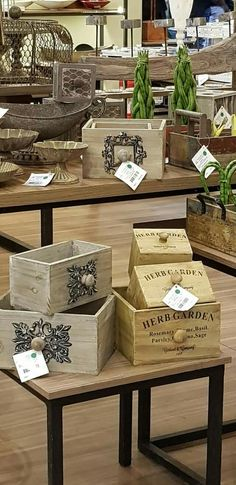 Wood Crates, Wood Boxes, Wine Crate Decor, Diy Crafts To Sell, Home Crafts, Reclaimed Building Materials, Tole Painting Patterns, Wood Burning Patterns, Decoupage Box