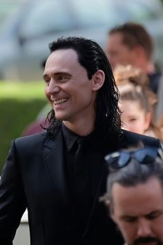 Tom Hiddleston on the set of 'Thor: Ragnarok' in Brisbane, Australia on August 21, 2016. Source: Torrilla, Weibo. Click here for full resolution: http://ww4.sinaimg.cn/large/6e14d388gw1f72xbs0pmcj21640svafe.jpg
