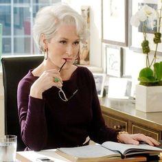 """Três Oscars oito Globos de Ouro e dois Emmys além de prêmios nos festivais de Cannes e Berlim  estas são só algumas das conquistas de #MerylStreep uma das maiores atrizes da atualidade que completa 68 anos no dia de hoje! Para ela não existem desafios impossíveis. Do drama à comédia passando pelos musicais e até dublagens ela dá vida a mulheres fortes donas de si e que escrevem a própria história. Como esquecer de Miranda Priestley a diretora de redação da revista Runway em """"O Diabo Veste…"""