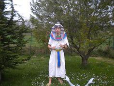 Voici, Mon Costume de Pharaon ! Je l'ai débuté le 22 mai 2010 et fini vers le 27 mai 2010. L'Egypte antique était la première période à laquelle je m'y suis intéressé de près ! Pour ce costume, j'ai réutilisé la tunique en coton blanc, la ceinture et...