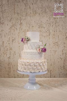 Pastel de boda con detalles elaborados en betun estilo vintage. Vintage wedding cake
