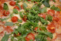 Pizza Trieste mit Rucola, Tomaten und ganz viel Mozzarella